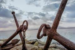 Części żelazne kotwicy na wybrzeżu Fotografia Stock