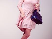 Części ciała kobieta w sukni z torbą Obrazy Stock