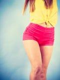 Części ciała nastoletnia dziewczyna w modnych ubraniach Fotografia Royalty Free