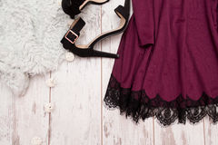 Części purpury ubierają z koronką i czernią buty na drewnianym tle, modny pojęcie Obrazy Stock