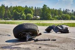 Części samochód po wypadku na drodze zdjęcia stock