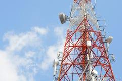 Części telekomunikaci wierza z niebieskim niebem Zdjęcia Stock