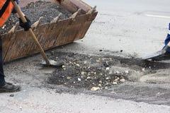 częściowa drogi naprawa z usunięciem stara pokrywa na miejscu jamy i łatanie zdjęcie royalty free