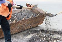 częściowa drogi naprawa z usunięciem stara pokrywa na miejscu jamy i łatanie drogowego pracownika rzutu stara asfaltowa kruszka o obrazy royalty free