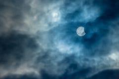 Częściowy Słoneczny zaćmienie na Chmurnym dniu 20 03 2015 Obrazy Royalty Free