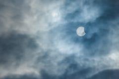 Częściowy Słoneczny zaćmienie na Chmurnym dniu 20 03 2015 Obraz Royalty Free