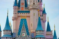 Częściowy widok Kopciuszek kasztel na lightblue tle przy Walt Disney World 1 obraz stock
