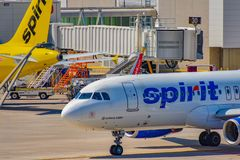 Częściowy widok samolot od Spirit Airlines NK przy bramą w Orlando lotnisku międzynarodowym MCO 2 fotografia royalty free