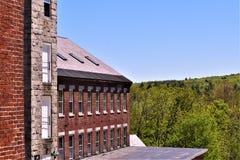 Częściowy widok xviii wiek woolen młyn ustawia w bukolicznym miasteczku Harrisville, New Hampshire, Stany Zjednoczone Zdjęcie Royalty Free