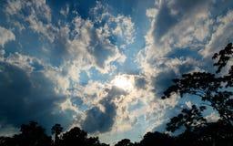 Częsciowo chmurny niebieskie niebo zdjęcia royalty free