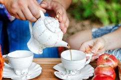 Częstowaniu nalewają herbaty Obrazy Stock