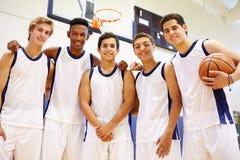 Członkowie Męska szkoły średniej drużyna koszykarska fotografia royalty free