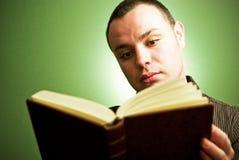 człowiek do czytania książki young Zdjęcia Stock