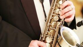 człowiek gra na saksofonie zbiory
