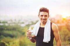 człowiek młody pić wody zdjęcia stock