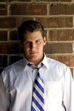 ' człowiek paskował krawat mur. zdjęcia stock