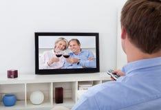 człowiek patrzy telewizyjnych Obrazy Royalty Free