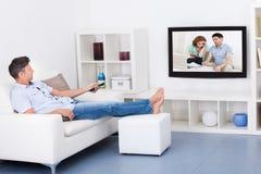 człowiek patrzy telewizyjnych Fotografia Royalty Free