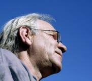 człowiek przeciwko błękitnemu niebo Zdjęcie Royalty Free
