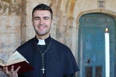Człowiek religijny trzyma biblię zdjęcia royalty free