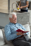 człowiek senior do czytania książki Fotografia Stock