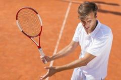 człowiek się młody tenisa Fotografia Royalty Free