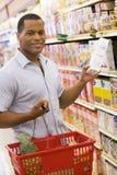 człowiek sklepu spożywczego zakupy young Obraz Royalty Free
