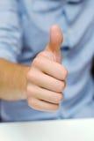 człowiek zaprowadzi kciuki w górę Fotografia Royalty Free