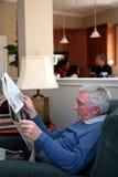 człowiek czytanie gazet Obrazy Royalty Free