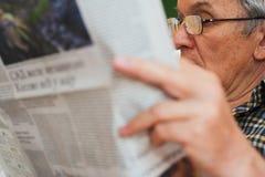 człowiek czytanie gazet Fotografia Stock