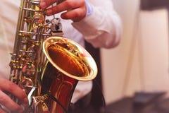 człowiek gra na saksofonie Obraz Royalty Free