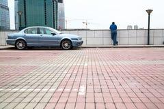 człowiek na parkingu Fotografia Royalty Free