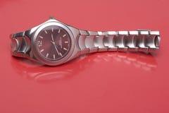 człowiek odzwierciedla sportowy zegarek Zdjęcia Royalty Free