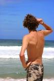 człowiek patrzy oceanu zdjęcie stock