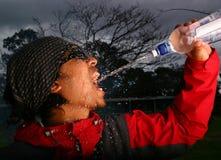 człowiek usta do oprysków wody zdjęcie stock
