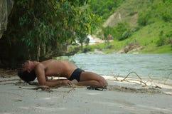 człowiek wykonuje rzeka jogi Obrazy Stock