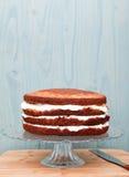 Częsciowo frosted tort na szklanym stojaku, dekoracja w procesie Obraz Royalty Free