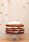 Częsciowo frosted tort na szklanym stojaku, dekoracja w procesie Obraz Stock