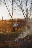 Czajnik nad ogieniem na jeziorze w wieczór fotografia stock
