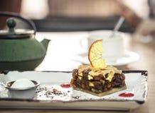 Czajnik z herbacianym i słodkim deserem Karmelizujący Jabłczany kulebiak z cytryną i zimno lody zdjęcie royalty free