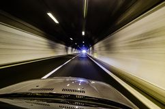 Czapeczka samochód w tunelu w prędkości zdjęcie royalty free