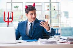 Czarci gniewny biznesmen w biurze Zdjęcia Stock