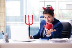 Czarci gniewny biznesmen w biurze Zdjęcie Stock