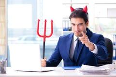 Czarci gniewny biznesmen w biurze Obrazy Stock