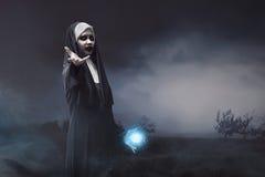 Czarcia azjatykcia magdalenka z błękitną czary władzą w jego ręce Obraz Stock
