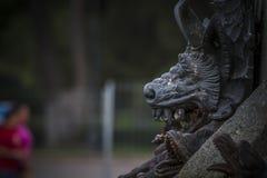 czarcia postać, brązowa rzeźba z demonic gargulecami i monste, Zdjęcia Stock