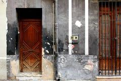 Czarna ścienna fasada z wrotnym i drewnianym okno zdjęcie royalty free