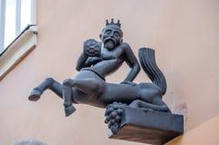 Czarna żelazna statua mitycznej istoty centaur z szkłem wino w jego ręce i koronie na głowie z ciałem hor Obrazy Stock