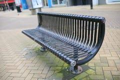 Czarna ławka na ulicie Fotografia Royalty Free