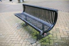 Czarna ławka na ulicie Obraz Royalty Free